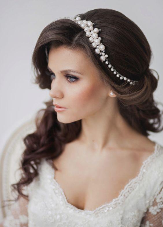 Diadema con perlas para novias con cabello ondulado y suelto