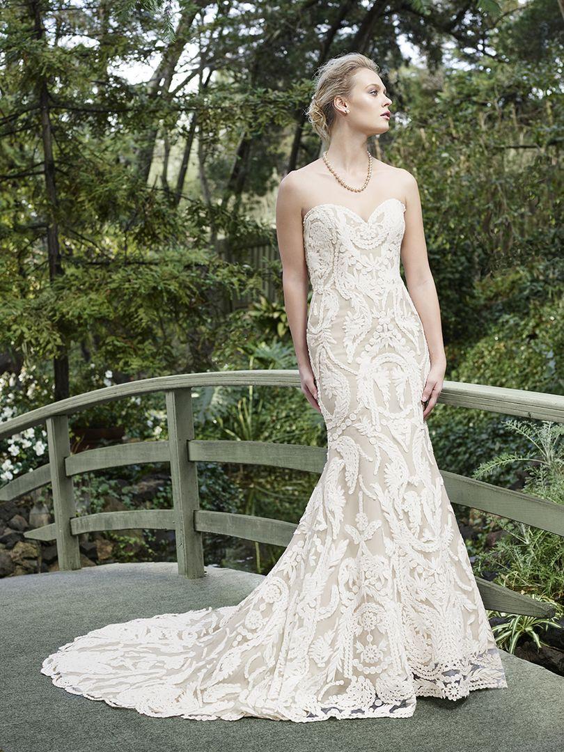 Grandes bordados desfilan por un vestido tan especial y romántico