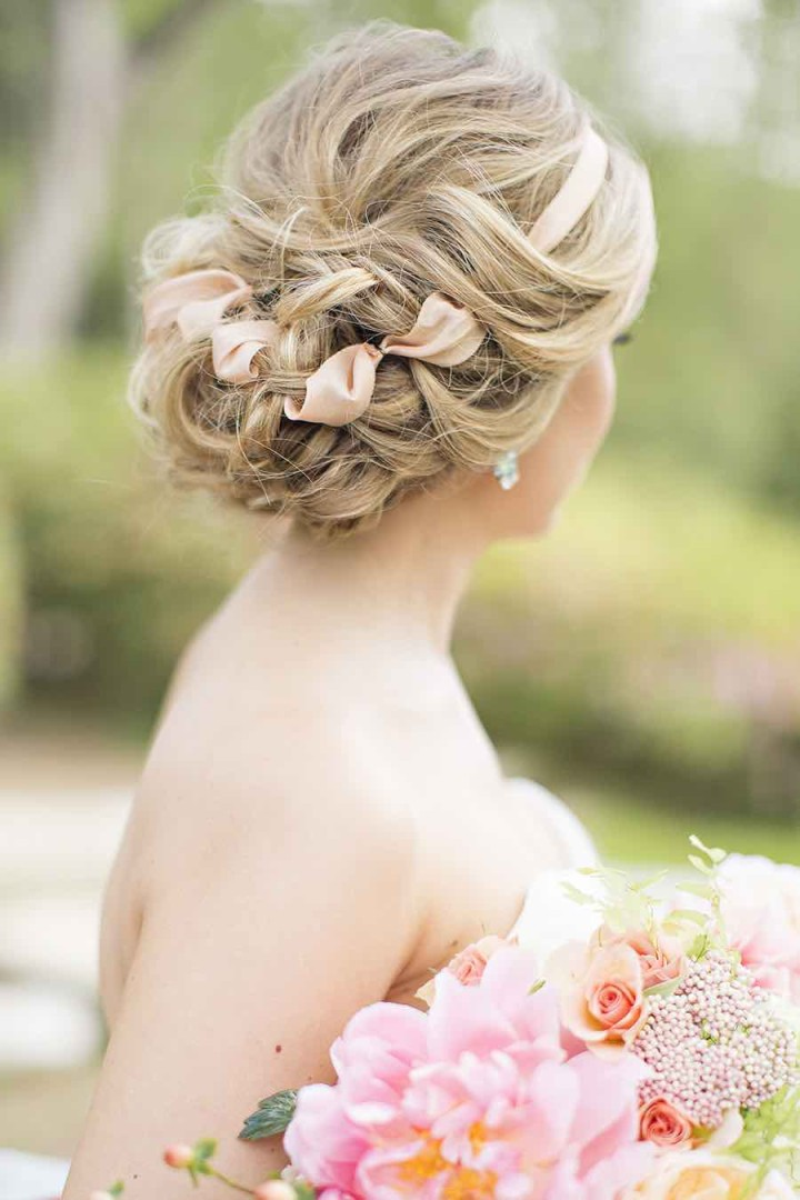 Peinado de novia que se termina con un bonito lazo cruzado