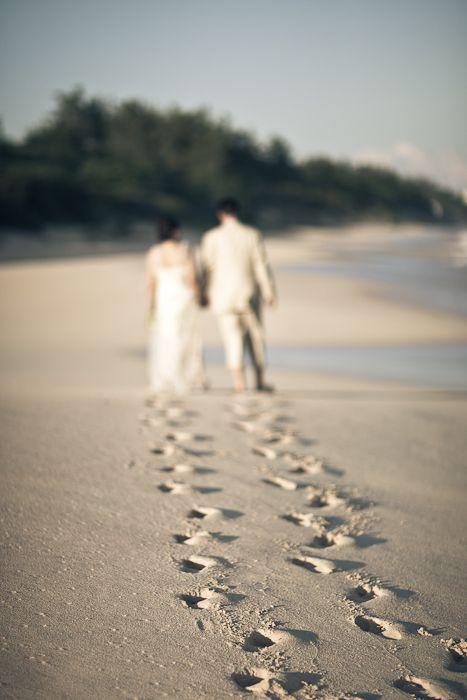 Novios paseando por la playa