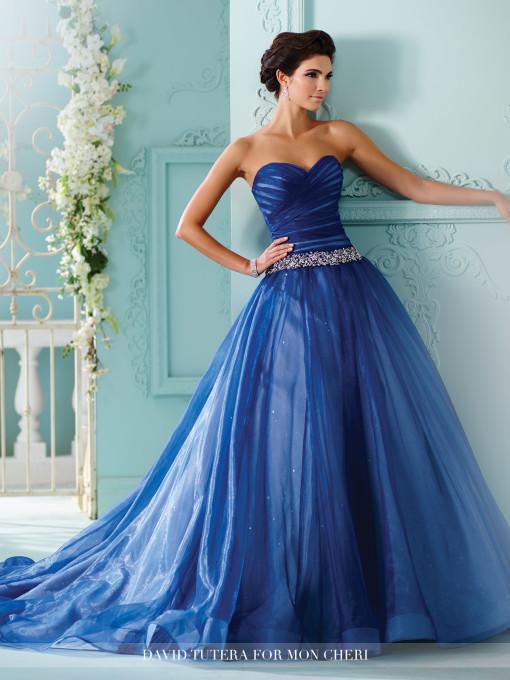 ¿Te atreverías con un vestido totalmente en azul?