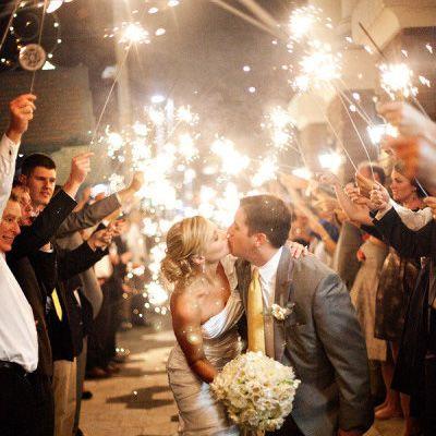 ¿Qué te parece un pasillo de bengalas en tu boda?