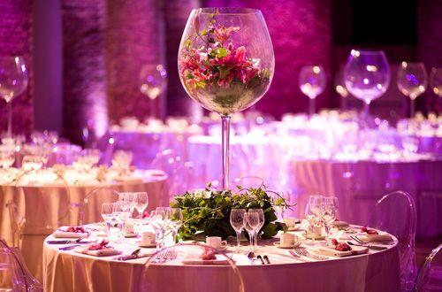 Una copa grande como adorno de mesa
