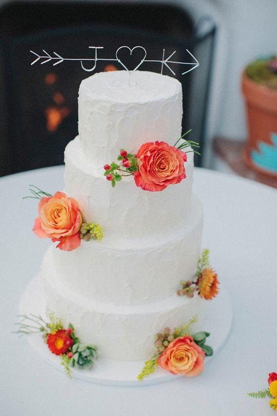 Pastel blanco con flores en color