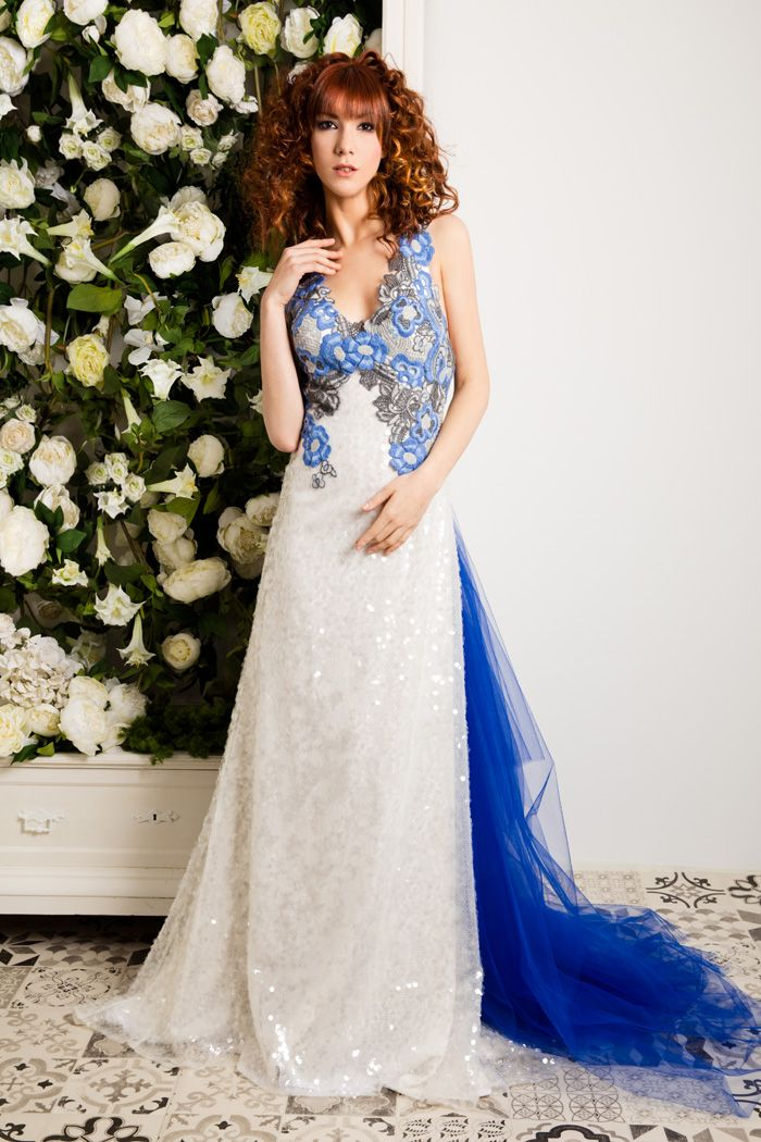 Original vestido de novia en azul y blanco