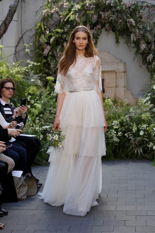 Volantes en la falda y mangas para la parte superior del vestido de novia