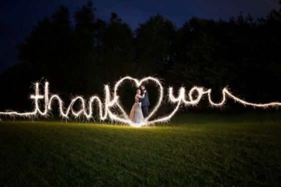 Increíble imagen de los novios agradeciendo a sus invitados la asistencia al enlace