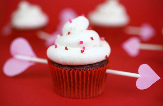 La flecha del amor recae sobre el cupcake