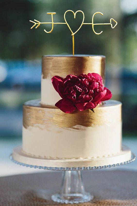 Flecha con iniciales de los novios en la tarta