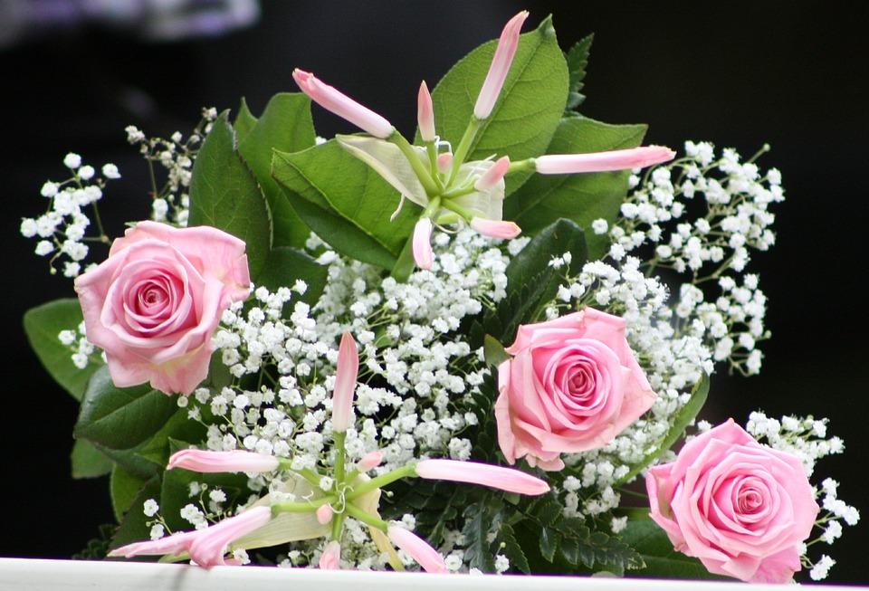 Rosas y delicadas flores blancas para tu ramo más natural