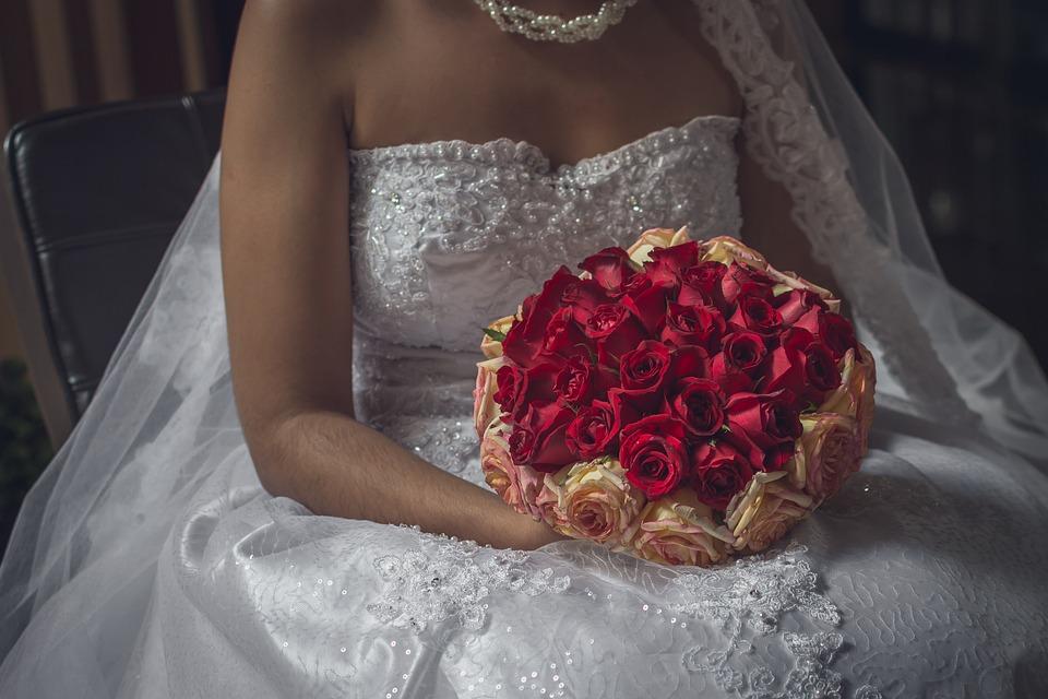 Ramo original con rosas a la par que natural