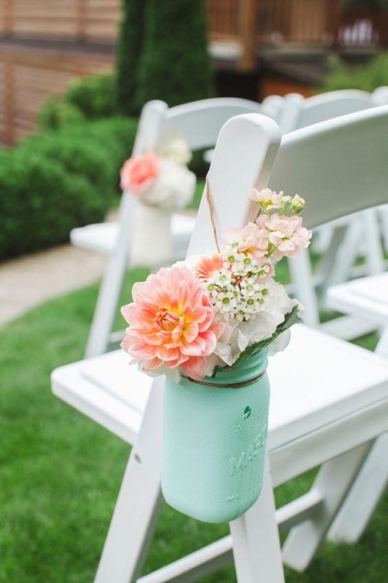 Decoración elegante y sencilla de sillas de boda