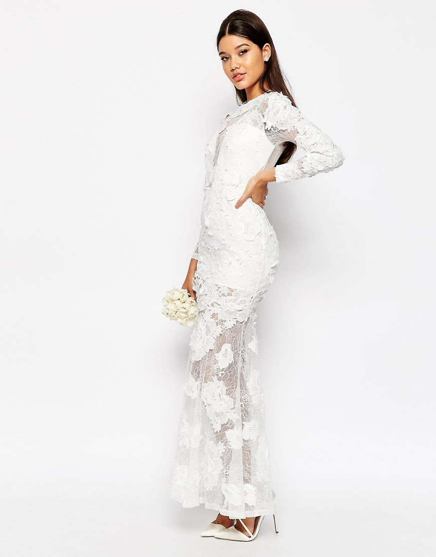 Transparencias y manga larga para este traje de novia