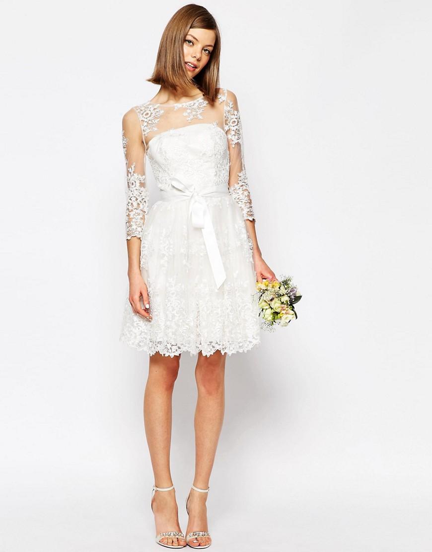 Vestido corto de novia con mangas de tul y encajes