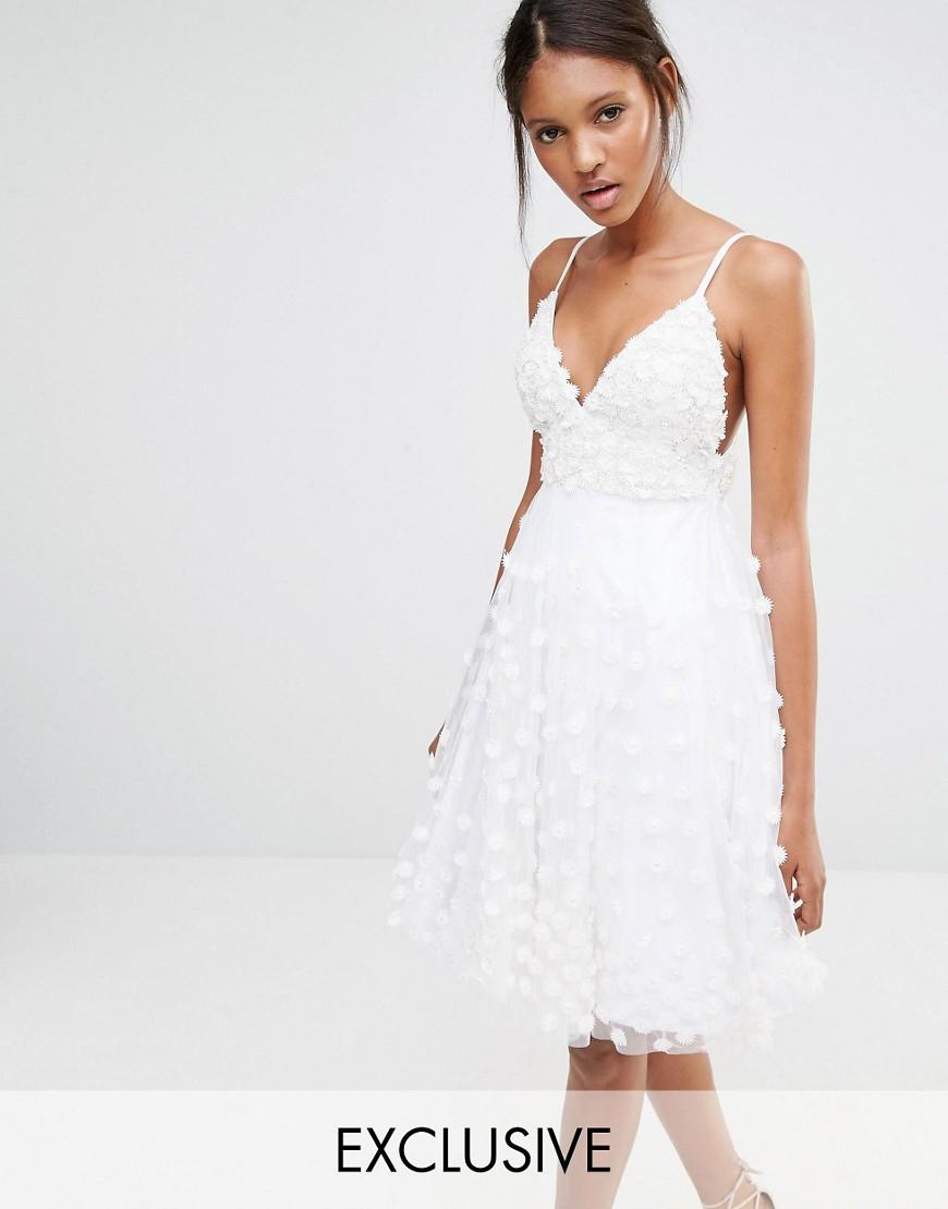 Para una ceremonia sencilla, un vestido corto
