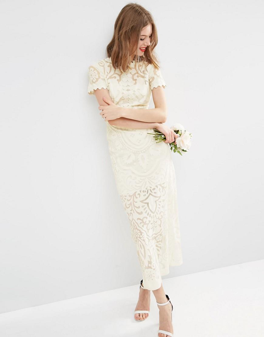 Un corte romántico para un vestido de novia sencillo
