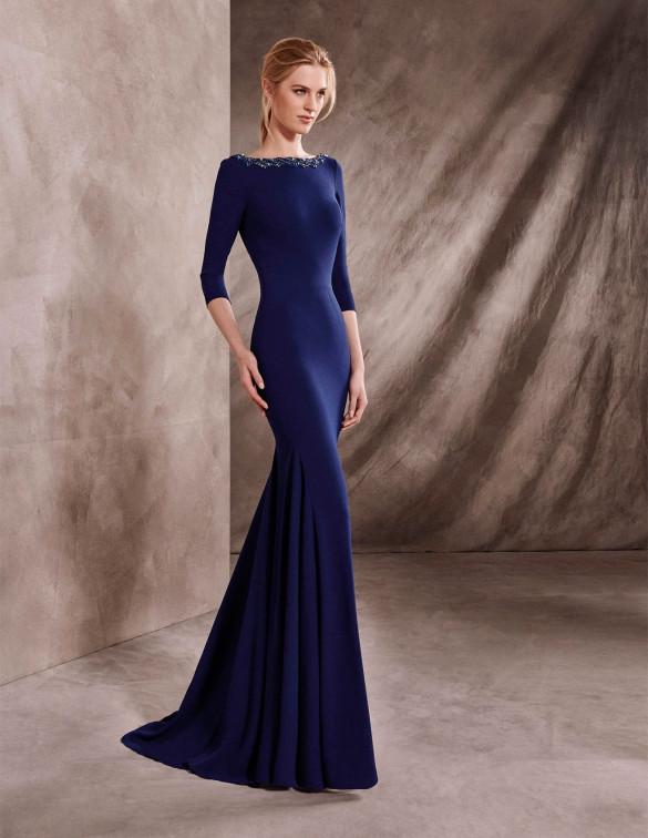 Media manga para un vestido azul marino muy sencillo
