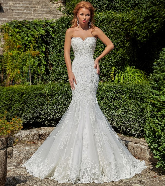 Vestido recto con escote corazón para las novias