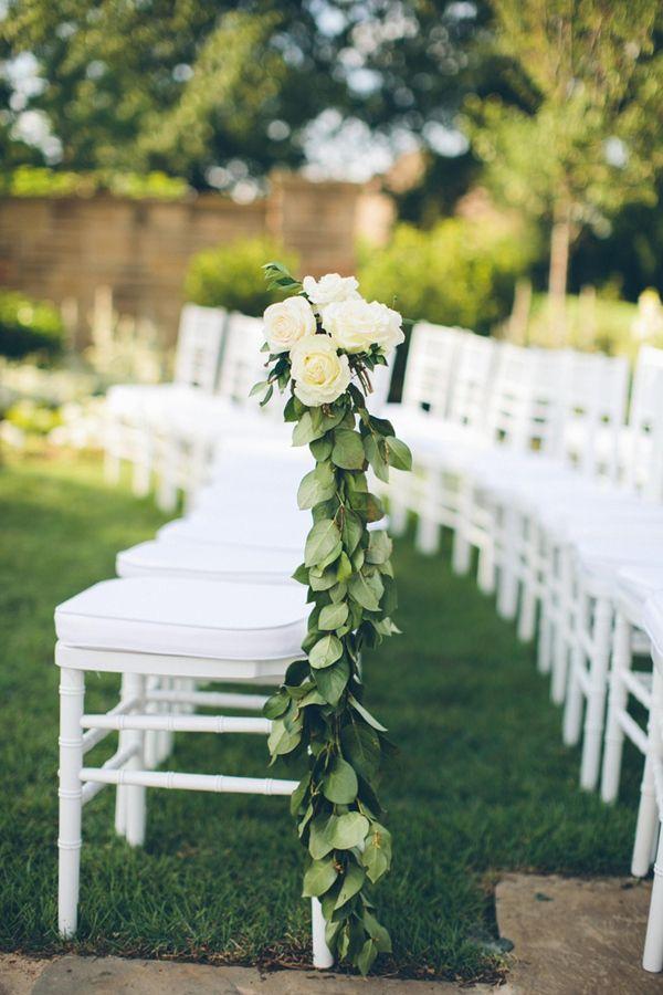 Flores blancas para las sillas de boda